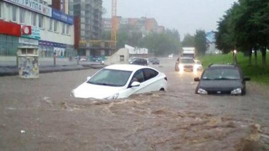 ô tô đi qua vùng ngập nước